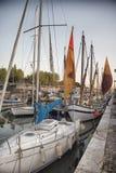 Segeln und Maschinenboote im Hafenkanal Lizenzfreie Stockfotos