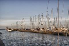 Segeln und Maschinenboote im Hafenkanal Lizenzfreies Stockbild
