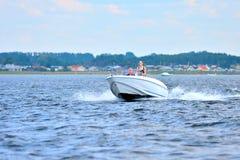 Segeln und Motorboot Stockfotos