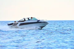 Segeln und Motorboot Stockbild