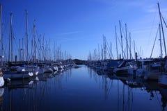 Segeln und Motorboote festgemacht in lymington Jachthafen Lizenzfreies Stockfoto