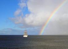 Segeln unter den Regenbogen lizenzfreies stockbild