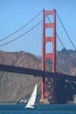 Segeln unter Golden gate bridge Stockfoto