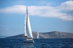 Segeln von Luxuskreuzfahrtyachtbooten in dem Ägäischen Meer lizenzfreie stockbilder