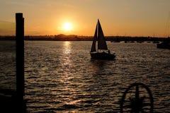 Segeln zum Sonnenuntergang lizenzfreie stockfotos
