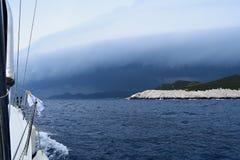 Segeln zum Sturm lizenzfreie stockbilder