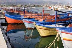 Segelnbehälter im Hafen der türkischen Stadt stockfotografie