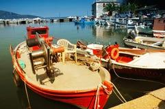 Segelnbehälter im Hafen des Thassos Lizenzfreie Stockfotos