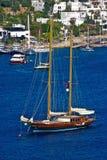 Segelnboot auf blauem Wasser Stockfoto