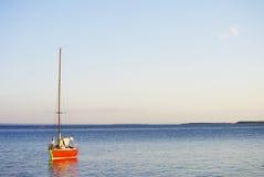 Segelnboot auf dem Meer Lizenzfreie Stockfotos