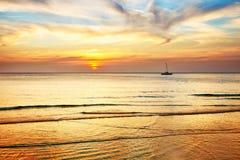 Segelnboot auf einem Sonnenuntergang stockfotografie