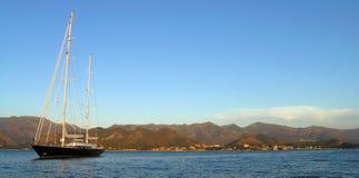 Segelnboot auf Korsika-Küste lizenzfreie stockbilder