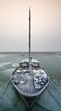 Segelnboot an einem kalten Tag im Winter Stockfotografie