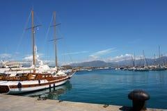 Segelnboot im Ajaccio habor stockfoto