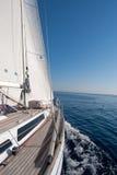 Segelnboot im Meer Stockfotografie