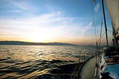 Segelnboot im Meer Stockfoto