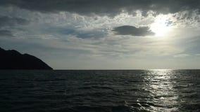 Segelnboot im Meer stock footage