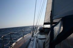 Segelnboot im Meer Stockbild