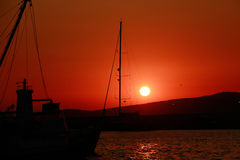 Segelnboot im Meer am Sonnenuntergang Stockfoto