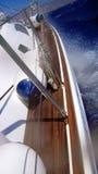 Segelnboot in Meer lizenzfreies stockbild