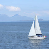 Segelnboot mit Insel Stockfoto