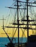 Segelnboot am Sonnenuntergang Lizenzfreie Stockfotografie