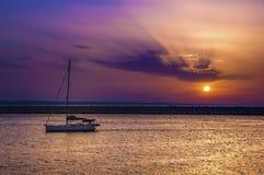 Segelnboot am Sonnenuntergang Lizenzfreies Stockbild