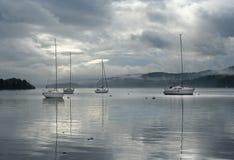 Segelnboote auf Windermere Stockbilder