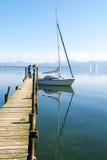 Segelnboote, die im Chiemsee Seepier parken Lizenzfreie Stockbilder