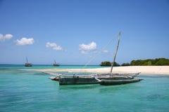 Segelnboote im blauen Wasser im Ozean schließen an den Port an Stockbilder