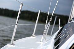 Segelnkonzept mit Boot und See wässern Sturmwetter Stockfotografie