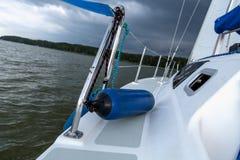 Segelnkonzept mit Boot und See wässern Sturmwetter Stockfoto