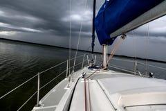 Segelnkonzept mit Boot und See wässern Sturmwetter Stockbild