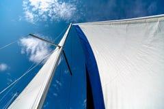 Segelnkonzept mit See und Boot Stockfotografie