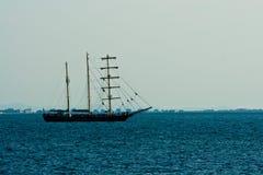 Segelnlieferung im Meer Stockfotografie