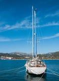 Segelnlieferung in Meer Lizenzfreies Stockfoto