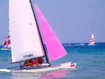 Segelnlieferung in Meer. Stockfoto