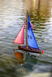 Segelnspielzeug-Bootshölzerne Seeeroberung stockfotos