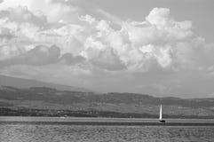 Segelnyacht auf einem See unter Wolken Lizenzfreies Stockfoto