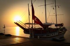 Segelschiff auf einem leeren Liegeplatz Lizenzfreie Stockfotografie