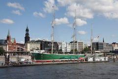 Segelschiff im Hafen von Hamburg stockbild