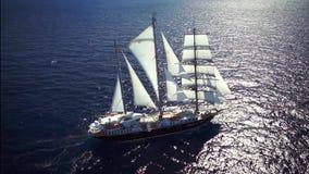 Segelschiff im ruhigen Wettersegeln auf dem Ozean stock footage