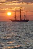 Segelschiff im Sonnenuntergang Stockbilder
