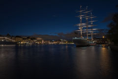 Segelschiff mit alter Stadt Stockbild