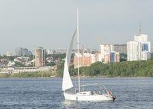 Segelschiff schwimmt auf den Fluss Stockfotografie