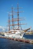 Segelschiff-Seewolke II machte an der Pier Englischnahaufnahme fest St Petersburg Stockbilder