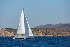 Segelschiffluxusyachtboot mit weißen Segeln im Mittelmeer sport Stockfoto