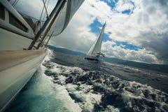 Segelschiffluxusyachten während einer Rennregatta Stockfotografie
