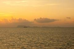 Segelschiffsschattenbild in Meer Lizenzfreies Stockbild
