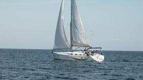 Segelschiffyacht mit Segeln im Meer stock video footage